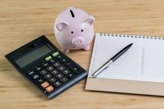 Pena com lista de número de prioridade na almofada de nota branca com porco cor-de-rosa fotografia de stock royalty free