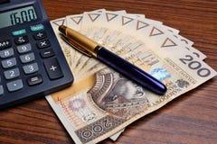 Pena da calculadora do dinheiro na tabela Fotografia de Stock
