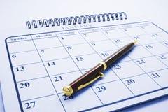 Pena de Ballpoint no calendário fotografia de stock