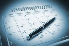 Pena de Ballpoint no calendário Foto de Stock
