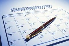 Pena de Ballpoint no calendário foto de stock royalty free