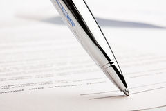 Pena de Ballpoint no contrato Imagens de Stock