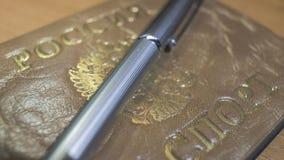 Pena de bola brilhante do metal e um passaporte Foto de Stock