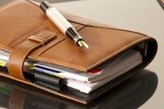Pena de couro da agenda & de fonte Fotografia de Stock