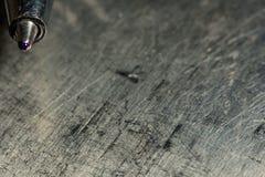 Pena de esferográfica em um fundo sujo riscado metálico do grunge Fotos de Stock Royalty Free