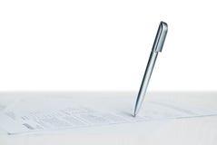 Pena de esferográfica no papel Imagens de Stock Royalty Free
