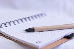 Pena de esferográfica sobre um caderno imagens de stock
