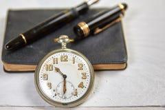 Pena de fonte antiga, calendário velho e relógio Imagem de Stock Royalty Free