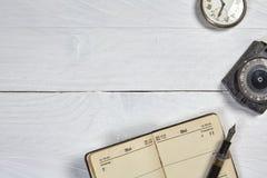 Pena de fonte antiga, calendário velho, relógio e compasso Foto de Stock