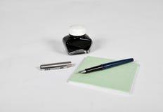 Pena de fonte com garrafa e bloco de notas de tinta Imagens de Stock