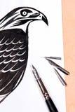 Pena de fonte com o falcão do desenho da tinta Fotografia de Stock