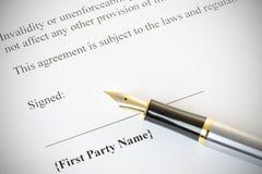 Pena de fonte com um documento jurídico Imagens de Stock