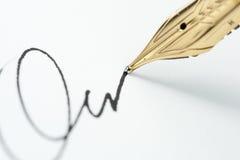 Pena de fonte do ouro com assinatura Foto de Stock