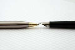 Pena de fonte e Biro no papel das matemáticas Fotos de Stock