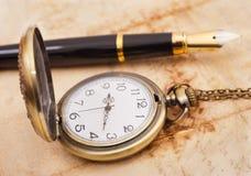 Pena de fonte e pocketwatch Imagens de Stock