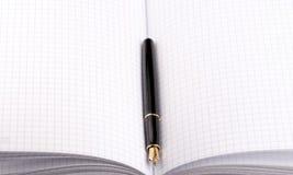 Pena de fonte no caderno de papel Imagens de Stock Royalty Free