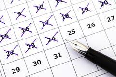 Pena de fonte no calendário com dias da marcação Imagens de Stock