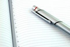 Pena de prata e agenda nova Fotos de Stock