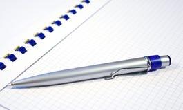 Pena de prata e caderno espiral Fotos de Stock Royalty Free