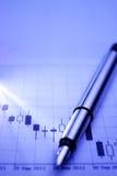 Pena de prata em um gráfico de negócio Fotos de Stock Royalty Free