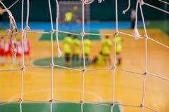 Pena defocused do jogador do futebol no campo, campo de bola no gym interno, campo de Futsal de esporte do futebol Foto de Stock