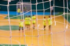 Pena defocused do jogador do futebol no campo, campo de bola no gym interno, campo de Futsal de esporte do futebol Fotos de Stock