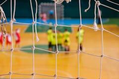 Pena defocused do jogador do futebol no campo, campo de bola no gym interno, campo de Futsal de esporte do futebol Imagens de Stock Royalty Free