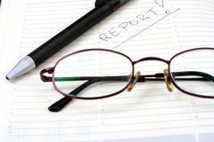Pena do bloco de notas com eyeglasses Imagens de Stock