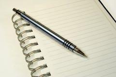 Pena do caderno e de esfera. foto de stock