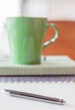 Pena do close up no caderno espiral Imagem de Stock