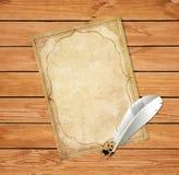 A pena do papiro e da pena com tinta salpica o fundo de madeira Fotografia de Stock Royalty Free