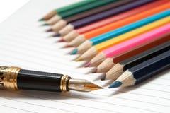 Pena dourada e lápis coloridos Imagem de Stock Royalty Free