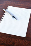 Pena e bloco de notas Imagem de Stock