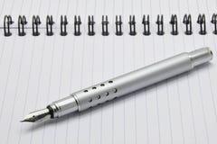 Pena e bloco de notas da tinta do metal Fotografia de Stock