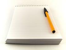 Pena e bloco de notas de Ballpoint no fundo branco foto de stock royalty free