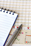 Pena e bloco de notas no relatório financeiro Imagens de Stock Royalty Free