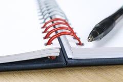 Pena e caderno aberto placa Fotografia de Stock Royalty Free