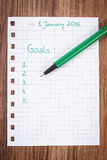 Pena e caderno para planear definições e objetivos dos anos novos Fotografia de Stock