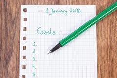 Pena e caderno para planear definições e objetivos dos anos novos Imagens de Stock Royalty Free