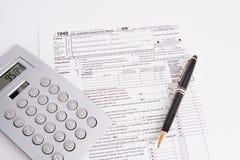 Pena e calculadora do formulário de imposto fotografia de stock royalty free