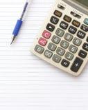Pena e calculadora na nota de papel imagens de stock royalty free