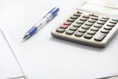 Pena e calculadora na tabela Imagem de Stock