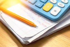 Pena e calculadora no papel da conta de agregado familiar Fotografia de Stock Royalty Free