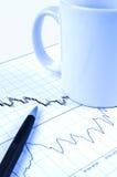 Pena e copo na carta conservada em estoque Foto de Stock