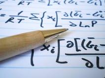 Pena e equações Fotografia de Stock Royalty Free