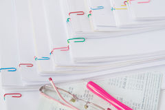 Pena e espetáculos postos sobre o banco do livro Fotografia de Stock