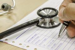 Pena e estetoscópio na prescrição fotos de stock royalty free