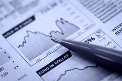 Pena e jornal da economia Foto de Stock