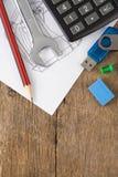 Pena e lápis, calculadora no esboço Fotos de Stock Royalty Free