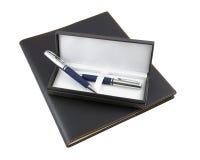 Pena e lápis em uma caixa de presente Foto de Stock